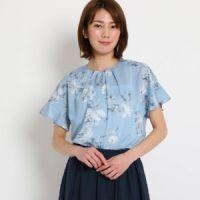 bfb5fb865c フラワークロス タックシャツ 実写フラワープリントのシャツ。2019年企画の柄を使ったブラウスは、トーンをおさえたシックな印象です。 ¥18,360円
